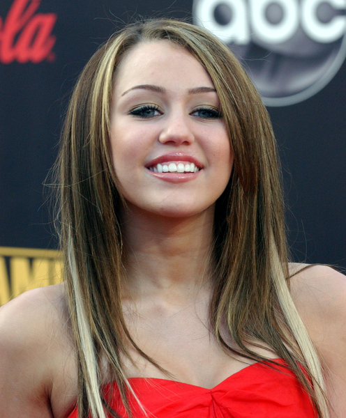 Miley Cyrus to Host SNL